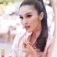 Sandra Dewi melakoni yoga dengan gaya fashion simple. (Instagram/sandradewi88)