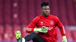 Andre Onana. Kiper asal Kamerun berusia berusia 25 tahun ini telah memperkuat Ajax sejak musim 2016/2017 dan telah tampil dalam 204 laga di semua ajang dengan mencatat 80 clean sheet. Saat ini tengah menjalani hukuman larangan bermain selama 1 tahun akibat kasus doping. (AFP/Kenzo Tribouillard)