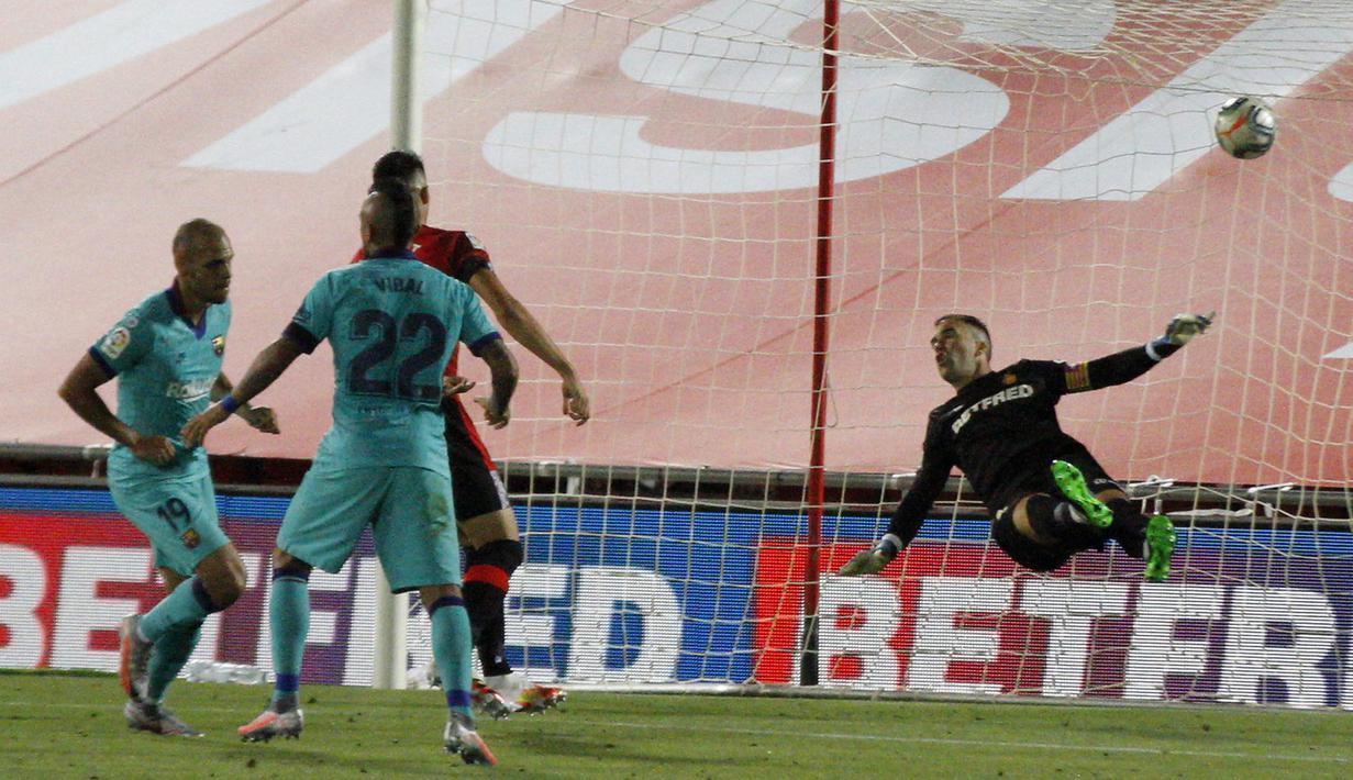 Pemain Barcelona Martin Braithwaite (kiri) mencetak gol ke gawang Mallorca pada pertandingan La Liga di Son Moix Stadium, Palma de Mallorca, Spanyol, Sabtu (13/6/2020). Barcelona membantai Mallorca dengan skor 4-0. (AP Photo/Francisco Ubilla)