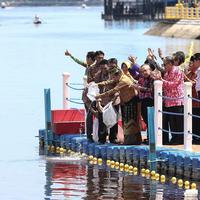 Wakil Presiden Jusuf Kalla melepas benih ikan patin di Sungai Siak, Riau, (Jumat (22/7). Sebanyak 100.000 ekor Ikan Patin dilepas pada puncak Hari Lingkungan Hidup Sedunia Tingkat Nasional 2016. (Liputan6.com/Faizal Fanani)