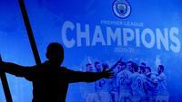 Seorang fans Manchester City merayakan keberhasilan timnya memastikan merebut gelar juara Liga Inggris 2020/2021 di luar Etihad Stadium, Selasa (11/5/20221) sesaat setelah kekalahan pesaing terdekat Manchester United 1-2 oleh Leicester City di Old Trafford. (AP/Jon Super)