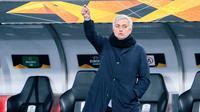 Pelatih Tottenham Hotspur, Jose Mourinho, memberikan arahan kepada pemainnya saat menghadapi LASK pada laga lanjutan Liga Europa di Linzer Stadium, Jumat (4/12/2020) dini hari WIB. Tottenham bermain imbang 3-3 lawan LASK. (AFP/Georg Hochmuth/APA)