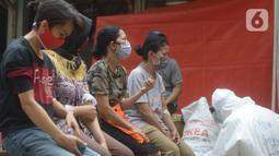 Para pedagang dan pemilik kios saat mengikuti Rapid Test dan Swab Test Covid-19 di pasar Perumnas Klender, Jakarta, Jumat (29/5/2020). Kegiatan ini untuk mencegah penyebaran Covid-19 dan menjadi pasar sehat dan bebas Covid-19. (merdeka.com/Imam Buhori)
