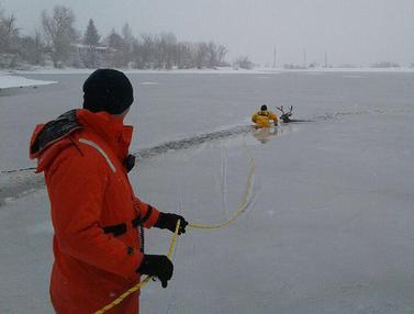 Penyelamatan Seekor Rusa Terjebak di Danau Es