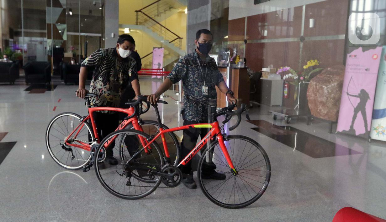 Petugas memindahkan sepeda jenis Road Bike ke dalam Gedung KPK, Jakarta, Jumatn (19/3/2021). KPK menerima 13 unit sepeda dari pihak yang mewakili tersangka suap perizinan pengelolaan komoditas perairan tahun 2020, Syafri, Staf Khusus mantan Menteri KKP, Edhy Prabowo. (Liputan6.com/Helmi Fithriansyah