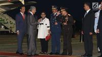 PM Malaysia Mahathir Mohamad menyapa Panglima TNI Marsekal Hadi Tjahjanto dan Kapolri Jenderal Pol Tito Karnavian saat tiba di Bandara Halim Perdanakusuma, Jakarta, Kamis (28/6). (Liputan6.com/Angga Yuniar)