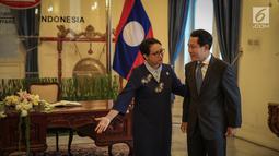 Menlu RI, Retno Marsudi menyambut kedatangan Menlu Laos, Saleumxay Kommasith di Gedung Pancasila Kemlu, Jakarta, Kamis (27/7). Kunjungan Menlu Laos bersamaan dengan peringatan 60 tahun Hubungan Diplomatik antara kedua negara (Liputan6.com/Faizal Fanani)