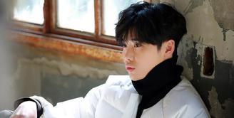 Sebagai seorang aktor, Lee Jong Suk kerap memantau perkembangan dalam dirinya. Belakangan ini ia kecewa lantaran menurutnya tidak ada perkembangan yang signifikan terhadap kemampuannya berakting. (Instagram/jongsuk0206)