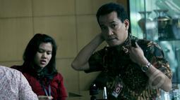 Refly Harun (kanan) tiba di Gedung Komisi Pemberantasan Korupsi (KPK), Jakarta, (17/2/2015). Kedatangannya untuk memberi masukkan kepada ketua KPK Abraham Samad terkait penetapannya sebagai tersangka oleh pihak kepolisian. (Liputan6.com/Faisal R Syam)