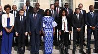 Didier Drogba (kanan) foto bersama dengan Presiden Liberia George Weah (depan ketiga kiri) dan Presiden Prancis Emmanuel Macron (depan kedua kiri) sebelum makan siang di Istana Elysee di Paris, (21/2). (AFP Photo/Ludovic Marin)