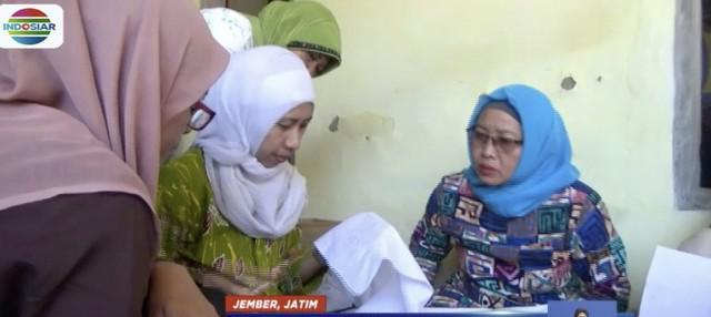 Puluhan ibu rumah tangga di Jember belajar membatik dalam rangka memperingati Hari Batik Nasional.