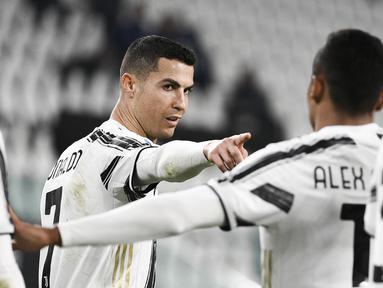Bintang Juventus, Cristiano Ronaldo merayakan gol yang dicetaknya ke gawang Crotone dalam lanjutan Liga Italia di Allianz Stadium, Selasa dinihari WIB (23/2/2021). Cristiano Ronaldo menyumbang dua gol pada laga ini, sedangkan satu gol lagi disumbang Weston McKennie. (Marco Alpozzi/LaPresse via AP)