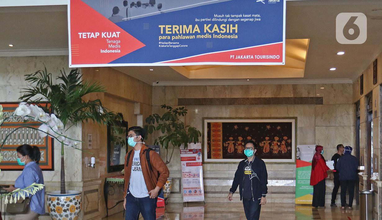 Petugas Medis terlihat berada di lobi Hotel Grand Cempaka , Jakarta, Sabtu (28/3/2020). Hotel ini disediakan oleh Pemprov DKI sebagai tempat istirahat 343 tenaga medis, 28 di antaranya dokter, yang menangani kasus Corona Covid-19 di ibu kota. (Liputan6.com/Herman Zakharia)