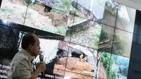 Kapusdatin BNPB, Sutopo Purwo Nugroho memberikan paparan soal banjir dan longsor yang melanda Jawa Tengah, Gedung BNPB, Jakarta, Senin (20/6/2016). 6 Kabupaten dan Kota di Jawa Tengah terdampak bencana banjir dan longsor.(Liputan6.com/Faizal Fanani)