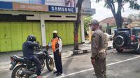 Tim Satgas Covid-19 Kabupaten Grobogan saat menghentikan pengendara yang nekat keluar rumah tanpa kenakan masker saat program sehari dirumah saja. (Foto: Liputan6.com/Felek Wahyu)