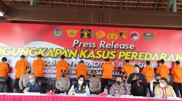 Kapolri Jenderal Listyo Sigit Prabowo memimpin rilis pengungkapan penyelundupan narkotika jenis sabu seberat 2,5 ton yang berasal dari jaringan Timur Tengah-Malaysia-Indonesia.