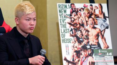 Kickboxer Jepang Tenshin Nasukawa mendengarkan pertanyaan awak media saat konferensi pers di Tokyo (29/12). Nasukawa akan melawan Floyd Mayweather Jr dalam pertandingan eksibisi tiga putaran di Jepang pada Malam Tahun Baru. (AP Photo/Eugene Hoshiko)