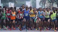 Pelari mengikuti lomba lari Milo Jakarta International 2017 di kawasan Epicentrum, Jakarta, Minggu (23/7/2017). Ajang lomba lari tersebut diikuti 15.000 peserta dengan kategori 5K, 10K dan Family Run 1,7K. (Bola.com/M Iqbal Ichsan)