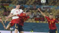 Pemain Polandia Robert Lewandowski mencetak gol ke gawang Spanyol dalam pertandingan Grup E Euro 2020 di Estadio Olímpico de Sevilla, Minggu, 20 Juni 2021. (David Ramos/Pool via AP)