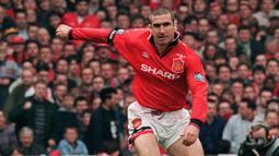 1. Eric Cantona (Manchester United) - Pemain asal Prancis ini bergabung dengan Manchester United pada akhir 1992. Eric Cantona menjadi salah satu pengguna nomor tujuh yang sukses di Manchester United dan menyumbangkan sembilan piala untuk The Red Devils. (AFP/Gerry Penny)