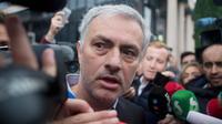 Ekspresi Pelatih Manchester United, Jose Mourinho saat meninggalkan gedung pengadilan di Madrid, Spanyol, (3/11). Mourinho dipanggil oleh pengadilan Madrid atas tuduhan pengelapan pajak. (AP Photo / Paul White)