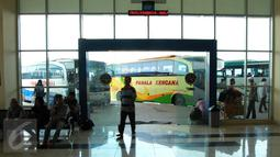 Sejumlah calon penumpang menunggu di Terminal Pulo Gebang, Jakarta Timur, Kamis (20/4). Pemprov DKI Jakarta dengan didampingi Kemenhub akan melakukan pembenahan fasilitas Terminal Pulogebang. (Liputan6.com/Gempur M Surya)