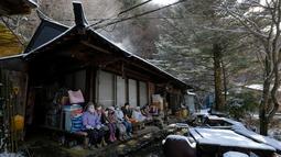 Sejumlah boneka terlihat di sebuah teras rumah di desa kecil Nagoro, Jepang, 16 Maret 2019. Boneka-boneka tersebut dibuat oleh Tsukimi Ayano karena merasa kesepian setelah banyak tetangganya yang pergi meninggalkan desa. (KAZUHIRO NOGI/AFP)