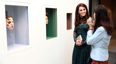 Duchess of Cambridge, Kate Middleton berbincang dengan seniman Gillian Wearing saat pameran Portrait Gala 2017 di National Portrait Gallery, London (28/3). Selain pameran acara tersebut juga menggelar penggalangan dana. (Neil Hall/Pool photo via AP)