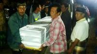 Rombongan pembawa jenazah Miswadi (28), TKI asal Cilacap yang meninggal dunia di Korsel, tiba di rumah duka. (Foto: Humas Polres Cilacap/Liputan6.com/Muhamad Ridlo)
