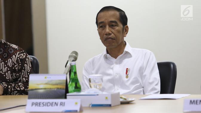 Presiden Joko Widodo mendengarkan penjelasan saat mendatangi Kantor Pusat PLN (Persero) di Jakarta Selatan, Senin (5/8/2019). Kedatangan Jokowi untuk meminta penjelasan direksi PLN menyusul peristiwa pemadaman listrik di hampir seluruh Pulau Jawa. (Liputan6.com/Angga Yuniar)