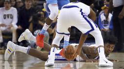 Pemain Warriors, Nick Young jatuh saat berebut bola dengan pemain Sacramento Kings pada laga NBA basketball game di Golden 1 Center, Oakland, California, (16/3/2018). King menang 98-93. (AP/Ben Margot)