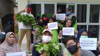 Karang taruna Kelurahan Kebon Baru Kecamatan Tebet Jakarta Selatan beserta unit RW 7 melakukan panen sayuran hasil penanaman secara hidroponik