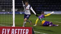 Striker Tottenham Hotspur asal Wales, Gareth Bale (kanan) merayakan keberhasilan mencetak gol ke gawang Wycombe Wanderers pada babak ke-4 Piala FA di Adams Park Stadium, Selasa dini hari WIB. (ADRIAN DENNIS / AFP)