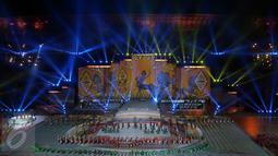 Panggung megah dan penampilan ribuan penari mewarnai kemeriahan pesta penutupan PON XIX 2016 di Stadion Gelora Bandung Lautan Api, Kamis (29/9). Penutupan PON XIX 2016 dihadiri Wakil Presiden Jusuf Kalla. (Liputan6.com/Helmi Fithriansyah)