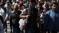 Seorang pria menggunakan tas kain untuk membawa belanjaannya di Mexico City, Rabu, 1 Januari 2020. (Source: AP)
