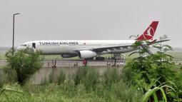 Pesawat maskapai Turkish Airlines yang terbang dari Bangkok melakukan pendaratan darurat di New Delhi, Selasa (7/7/2015). Pendaratan darurat dilakukan, karena teror bom secara tertulis di sebuah toilet pesawat. (REUTERS / Tommy Wilkes)