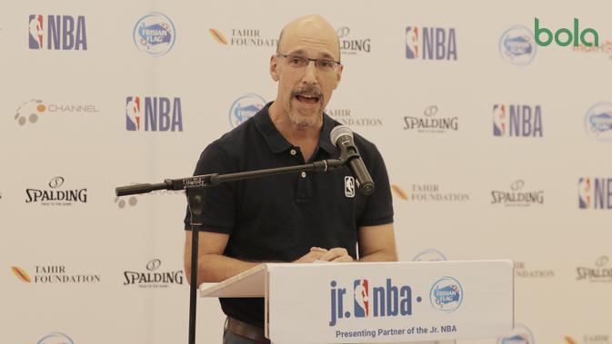 NBA Asia Managing Director, Scott Levy, memberi sambutan saat acara Junior NBA di Pluit Village Mall, Minggu (29/7/2018). 16 anak terpilih menjadi Jr NBA Indonesia All-Star 2018. (Bola.com/M Iqbal Ichsan)