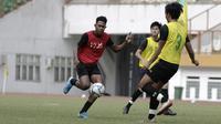 Pemain Timnas Indonesia U-19, Braif Fatari, saat mengikuti internal games di Stadion Wibawa Mukti, Cikarang, Rabu (15/1). Sebanyak 53 pemain mengikuti seleksi untuk memperkuat skuat utama Timnas Indonesia U-19. (Bola.com/Yoppy Renato)