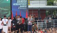 Presiden Joko Widodo (tengah) menyapa kerumunan warga jelang peresmian pengoperasian Moda Raya Terpadu Jakarta fase 1 di Kawasan Bundaran HI, Jakarta, Minggu (24/3). Acara ini sekaligus pencanangan pembangunan Moda Raya Terpadu Jakarta fase 2. (Liputan6.com/Helmi Fithriansyah)