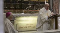 Paus Fransiskus menyampaikan khotbah saat misa peringatan 100 tahun kelahiran Paus Yohanes Paulus II di Basilika Santo Petrus, Vatikan, Senin (18/5/2020). Peziarah dan turis diizinkan mengunjungi Basilika Santo Petrus dengan menerapkan protokol kesehatan COVID-19. (Vatican Media via AP)
