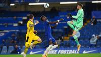 Pemain Chelsea Tammy Abraham (tengah) berebut bola dengan pemain Barnsley pada pertandingan Piala Liga Inggris di Stamford Bridge, London, Inggris, Rabu (23/9/2020). Chelsea menaklukkan Barnsley 6-0. (AP Photo/Neil Hall)
