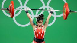 Atlet angkat besi wanita Peru, Fiorella Cueva saat mengikuti perlombaan angkat besi 53 kg putri pada Olimpiade 2016 di Rio de Janeiro , Brasil, (8/8). (REUTERS / Stoyan Nenov)