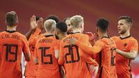 Timnas Belanda merayakan gol yang dicetak Donny van de Beek ke gawang Spanyol dalam laga uji coba internasional. (Dean Mouhtaropoulos/Pool via AP)