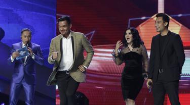 Kiper Bali United, Wawan Hendrawan, berjoget pada Indonesian Soccer Awards 2019 di Studio Indosiar, Jakarta, Jumat (10/12). Acara ini diadakan oleh Indosiar bersama APPI. (Bola.com/M Iqbal Ichsan)
