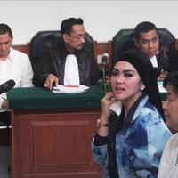 Artis Syahrini mengelap keringat saat menjadi saksi kasus First Travel di PN Depok, Jawa Barat, Senin (2/4). Syahrini mengaku imbalan dari promosi yang dia lakukan adalah mendapat fasilitas umrah VVIP dari First Travel.  (Liputan6.com/Herman Zakharia)