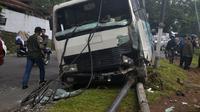 Bus sekolah tabrak tiang listrik di Kota Malang, Jawa Timur (Zainul Arifin/Liputan6.com)