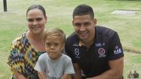 Quaden Bayles, tengah, bersama ibu dan pemain rugbi Cody Walker. (Australian Broadcasting Corporation via AP)