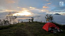 Tenda pendaki terlihat berada di Pos 2 Gunung Sumbing dengan latar belakang pemandangan Gunung Sindoro saat senja di Wonosobo, Jawa Tengah (3/4). Gunung ini memiliki pemandangan yang indah serta jalur terjal dan ekstrem dari basecamp hingga puncak Rajawali. (merdeka.com/Iqbal S. Nugroho)