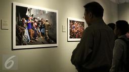 Pengunjung di depan sebuah foto saat Roadshow pameran foto APFI di Galeri Foto Jurnalistik Antara, Jakarta, Minggu (9/10). Pameran ini ini berlangsung hingga 21 Oktober 2016. (Liputan6.com/Gempur M. Surya)