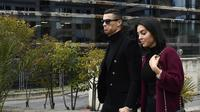 Cristiano Ronaldo dengan kekasihnya, Georgina Rodriguez. (OSCAR DEL POZO / AFP)